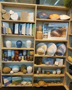 afbeelding winkelstelling met zee-urnen