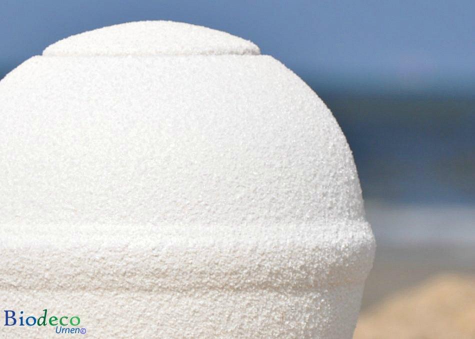 Detail van de witte Quartz Round mini zee-urn, op het strand van Scheveningen opgesteld