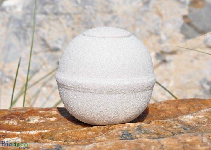 De mooie witte Quartz Round mini zee-urn, op een rots opgesteld