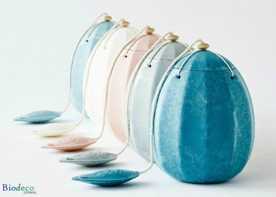 De biologisch afbreekbare zee-urn Beyond in vijf verschillende kleuren: turquoise, mosgroen, roze, roomwit en lichtblauw