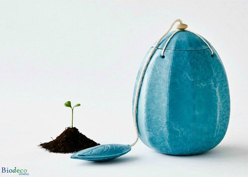 De biologisch afbreekbare zee-urn Beyond in het turquoise, voor asbijzetting in het water
