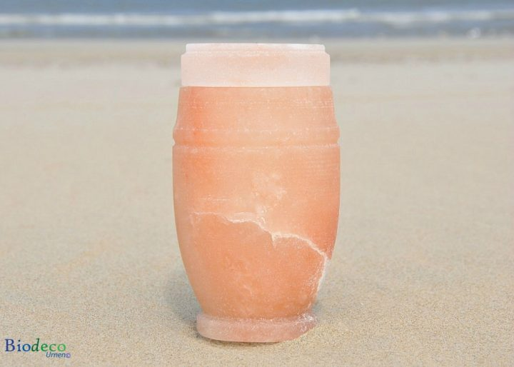 Mini zee-urn van Himalaya zout op het strand van Scheveningen, met de Noordzee op de achtergond