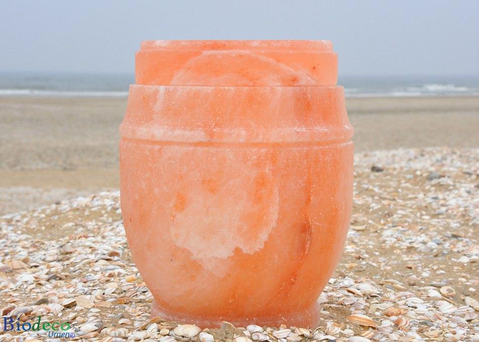De zout-urn Himalaya op het strand van Scheveningen, voor een asbijzetting in de Noordzee