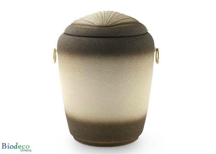 De biologisch afbreekbare zee-urn Jacobsschelp, voor een asbijzetting in het water.