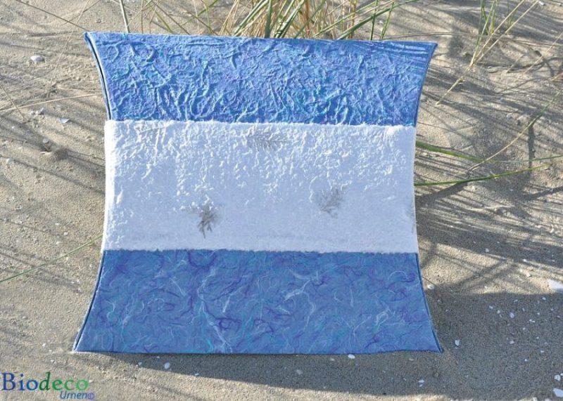 De zee-urn Journey Aqua, in de vorm van een enveloppe, op het strand van Scheveningen