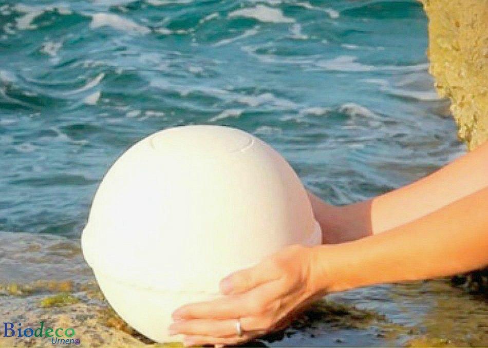 De zee-urn Nu Spirit met mediterrane band, bijgezet in het water, gemaakt van organisch zout