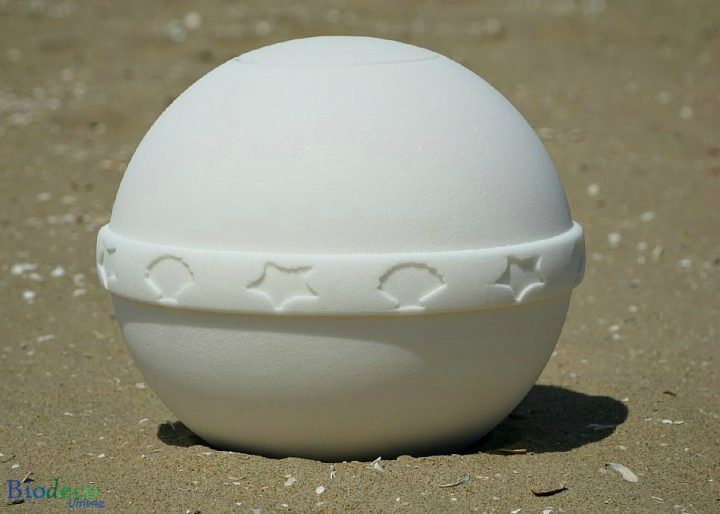 De hagelwitte zout-urn Nu Spirit met mediterrane band, op het strand van Scheveningen
