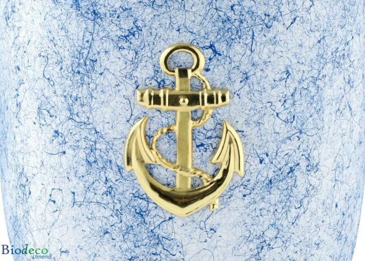 Detial van de biologisch afbreekbare zee-urn Oceaan gedecoreerd met een messing anker