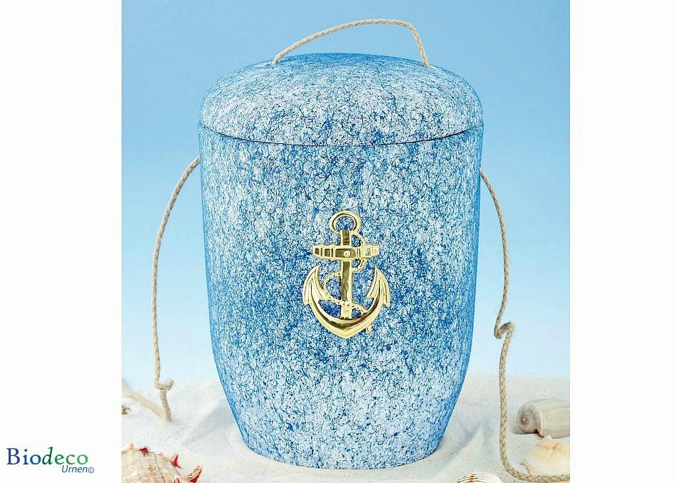 De biologisch afbreekbare zee-urn Oceaan met messing anker opgesteld in het zand