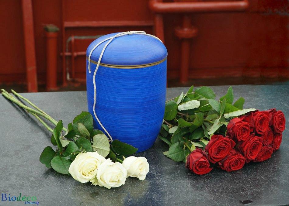 Biologisch afbreekbare zee-urn Oceaanblauw, opgesteld met bloemen op het dek van een schip