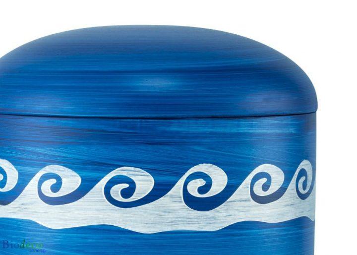 Detail van de biologisch afbreekbare zee-urn Oceaan met Golven, blauwe urn gedecoreerd met onstuimige golven
