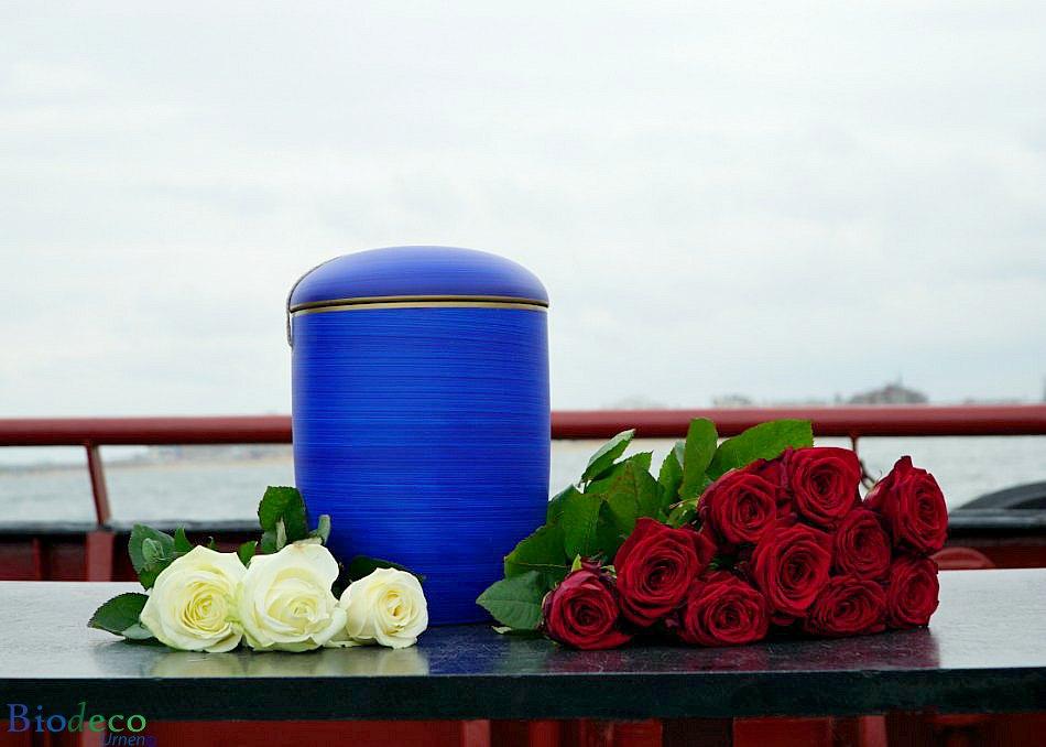 Biologisch afbreekbare zee-urn oceaanblauw, opgesteld op een schip voor asbijzetting in zee