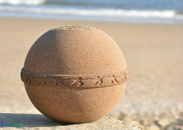 Biologisch afbreekbare zee-urn Samsara Zand op het strand in Scheveningen