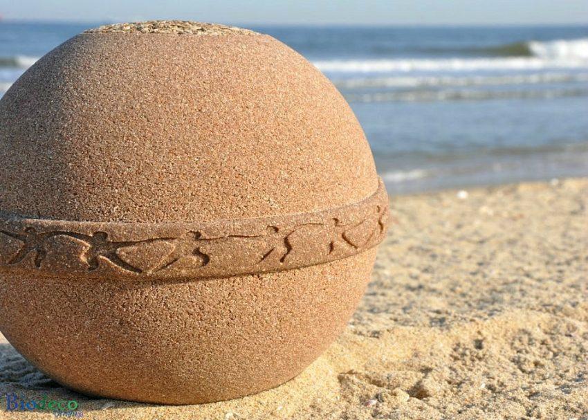 Detail van de biologisch afbreekbare zee-urn Samsara Zand op het strand van Scheveningen