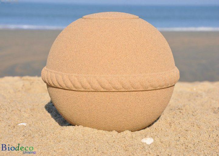 De biologisch afbreekbare Sand Round zee-urn op het strand van Scheveningen