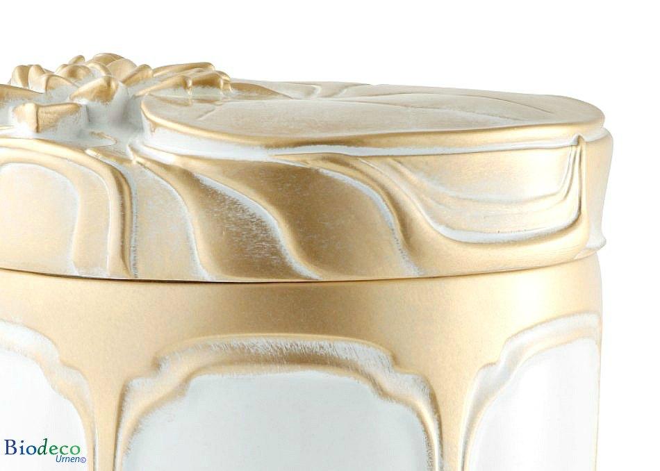 Detail van de biologisch afbreekbare zee-urn Waterlelies, versiert met goudkleurige waterlelies op het deksel