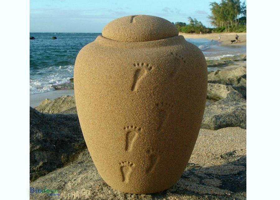 Zee-urn Ocean Sand footprints, biologisch afbreekbare urn op de rotsen voor de zee