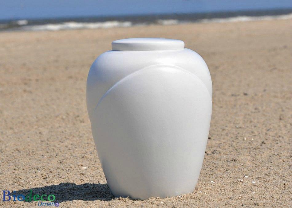 De biologisch afbreekbare zee-urn traditional Parel, op het strand van Scheveningen voor de Noordzee