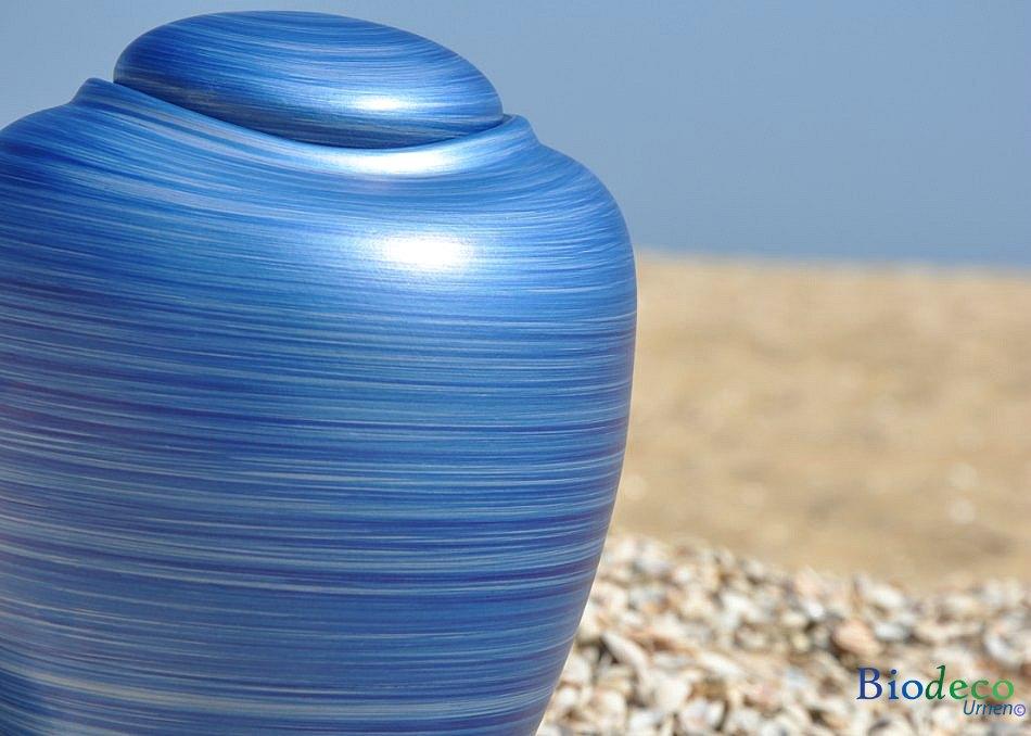 Zee-urn Ocean Aqua, biologisch afbreekbare urn in detail op het strand van Scheveningen