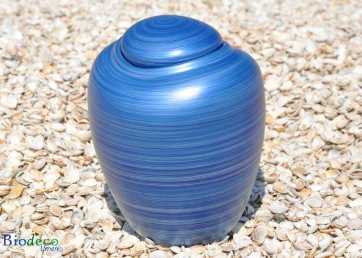 Zee-urn Ocean Aqua, biologisch afbreekbare urn op een schelpenstrand