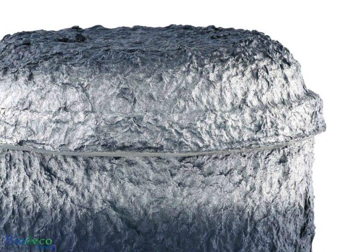 Detail van de biologisch afbreekbare zee-urn Marineblauw Zilver geproduceerd van cellulose, voor een asbijzetting op zee