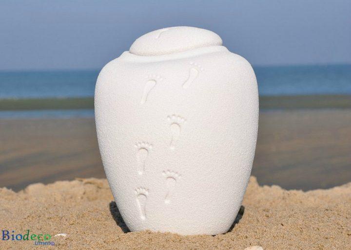 De biologisch afbreekbare zee-urn Ocean Quartz footprints, op het strand van Scheveningen