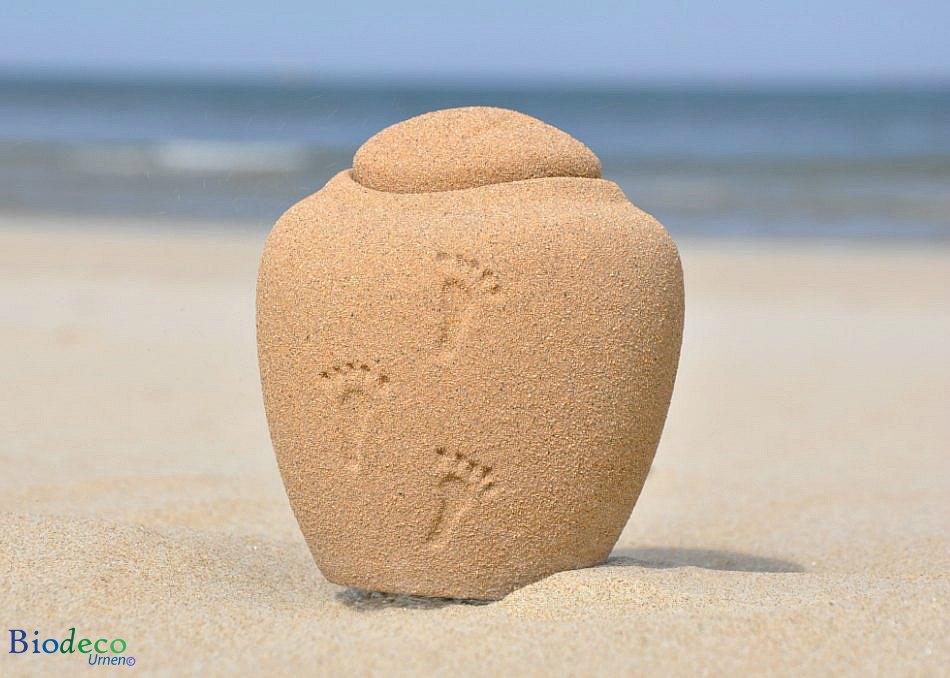 De mini Ocean Sand Footprints zee-urn op het zand van Scheveningen voor de Noordzee