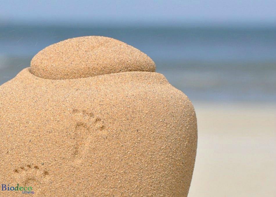 De mini Ocean Sand Footprints zee-urn met een detail van een voetafdruk