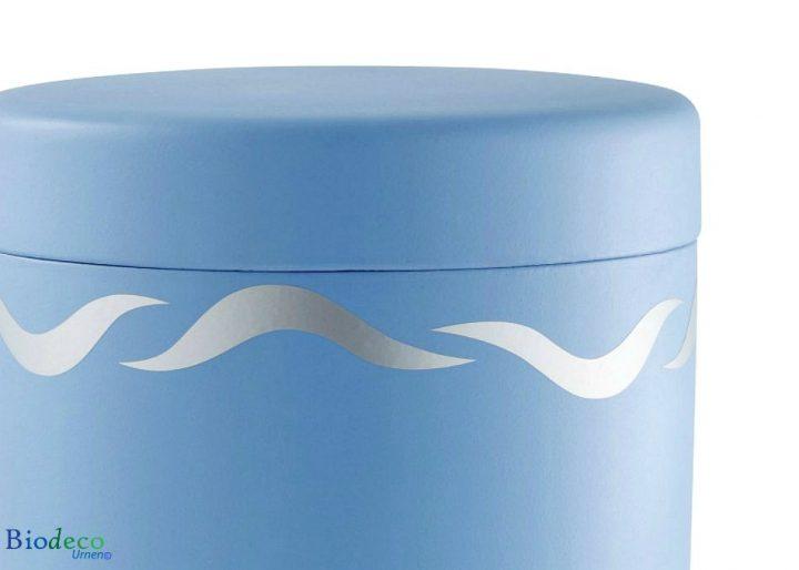 Detail van de biologisch afbreekbare zee-urn Zilveren Golven, voor asbijzetting in het water