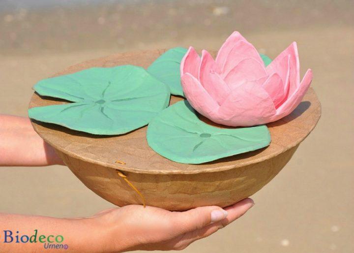 De biologisch afbreekbare zee-urn Lotus, handgemaakt van gerecycled papier, voor een asbijzetting in het water