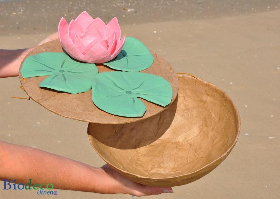 De biologisch afbreekbare zee-urn Lotus, handgemaakt van gerecycled papier