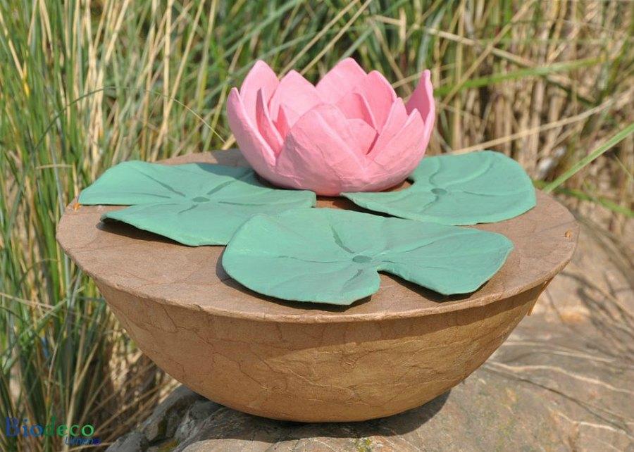 De biologisch afbreekbare zee-urn Lotus, handgemaakt, met een lotusbloem op de deksel
