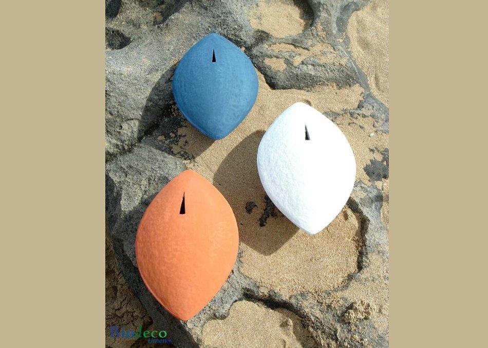 De biologisch afbreekbare zee-urn Memento in de kleuren wit, blauw en koraal