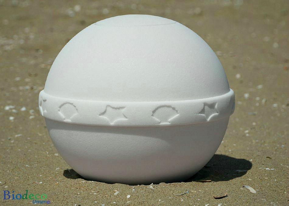 De zee-urn Nu Spirit met mediterrane band, op het strand van Scheveningen, gemaakt van organisch zout