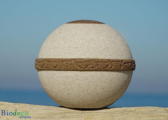 De biologisch afbreekbare zee-urn Cuartzo, vervaardigd van kwarts- en strandzand. Voor een asbijzetting op zee