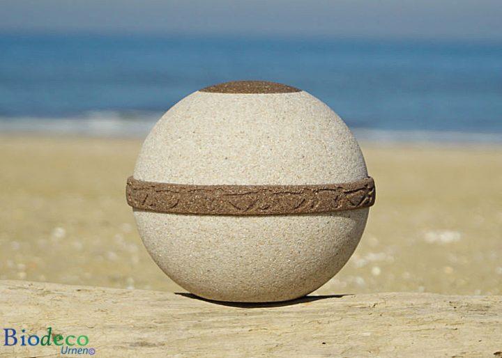 De biologisch afbreekbare zee-urn Cuartzo, op het strand van Scheveningen. Voor een asbijzetting in het water